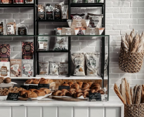 <p>يقوم هذا المخبز بإعداد أشهى المعجنات والخبز الطازج والكعك على الطراز الغربي. وقد افتتح المخبز أول فروعه في الرياض، ويستخدم في إعداد منتجاته مكونات طبيعية عالية الجودة.</p>